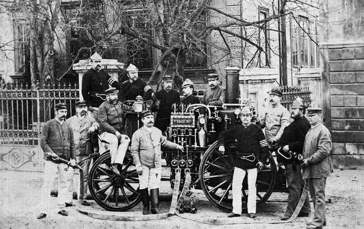 Mannschaft der Freiwilligen Feuerwehr Neunkirchen rund um die Dampfspritze, 1902. (Bild: Museum Neunkirchen)